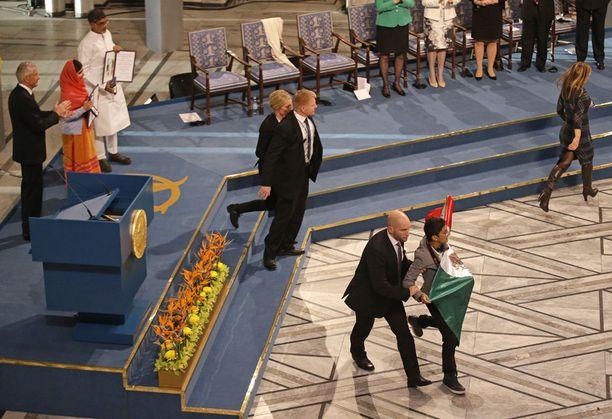 Turvamies saattoi Meksikon lippua heilutelleen miehen pois.