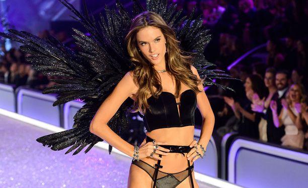 Huippumalli osallistui Victoria's Secretin muotinäytökseen joulukuun alussa.