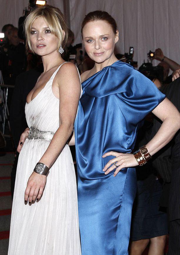 Kate Mossin lähipiiriin kuuluu paljon julkkiksia. Tässä hän poseeraa Stella McCartneyn kanssa.