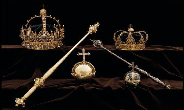 Kirkossa näytteillä olleet kruunut ja kuvassa keskellä näkyvä valtakunnanomena vietiin Strängnäsistä heinäkuun 31. päivänä.