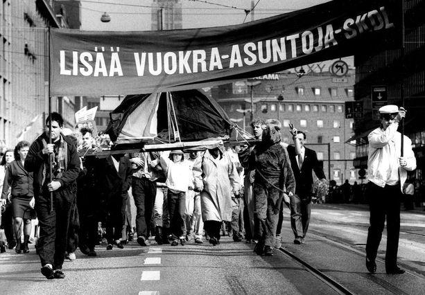 Asuntorakentaminen on ollut esillä politiikassa kautta vuosikymmenten. Vappuna 1987 vaadittiin SKDL:n marssilla lisää vuokra-asuntoja.