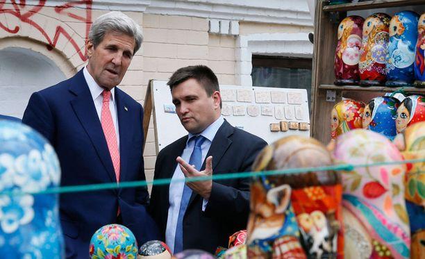 Yhdysvaltain John Kerry and Ukrainan Pavlo Klimkin tutustumassa Kiovan torimarkkihin ennen perjantaina Varsovassa alkavaa kokousta.