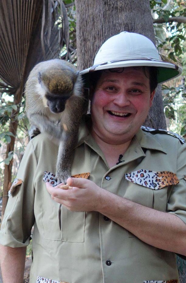 Katsojat pääsevät Jethro Rostedtin matkailuohjelmassa eksoottisiin paikkoihin. Avausjaksossa Jethro seikkaili Afrikassa.