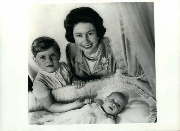 Kuningasperheen iltatähti, prinssi Edward syntyi 1964. Kuningatar oli ammentanut naistenlehdistä uusinta tietoa lapsen ja vanhemman keskinäisen siteen muodostumisesta ja synnytyksestä. Uuden tiedon valossa hän vaati miestään osallistumaan synnytykseen. Prinssi Philip teki historiaa toteuttamalla vaimonsa toiveen.
