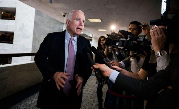 Arizonan senaattori John McCain vastasi tiistaina median kysymyksiin Wikileaksin julkaisemista asiakirjoista.