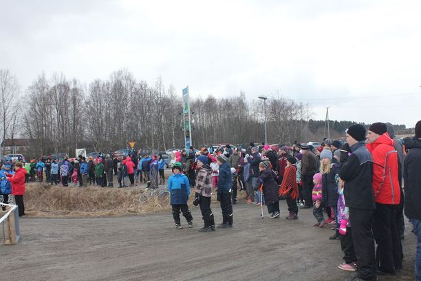 Väkeä kertyi paikalle useita satoja.
