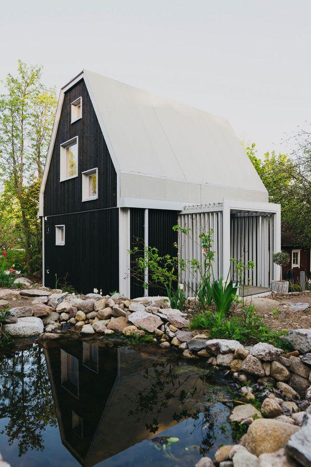 Yksiö puutarhassa -projektista tunnettu Olli Enne on asunut nyt suunnittelemassaan talossa puolitoista vuotta.