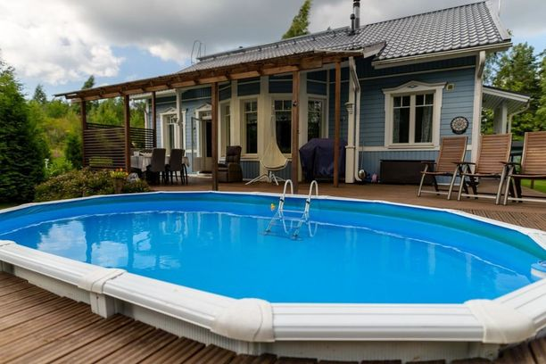 Vantaan Jokivarressa sijaitsevan talon takapihalta löytyy terassiin upotettu ovaalinmuotoinen uima-allas.