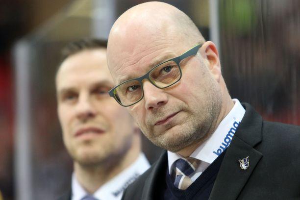 Risto Dufva palaa JYPin penkin taakse.