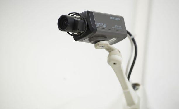 Kasvojentunnistussovellukset voivat tunnistaa henkilön esimerkiksi valvontakamerakuvasta.