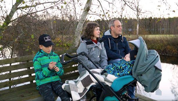 Mika ja Viveka Eklundin perheessä rokotevastaisuus ja rokottamattomuus aiheuttavat pelkoa, sillä heidän Ludvig-pojallaan on suuri riski menehtyä, jos hän sairastuu tuhkarokkoon.