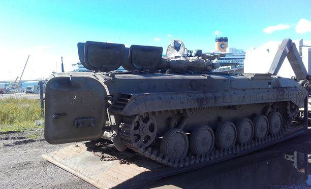 Jehtro saapuu panssarivaunulla.