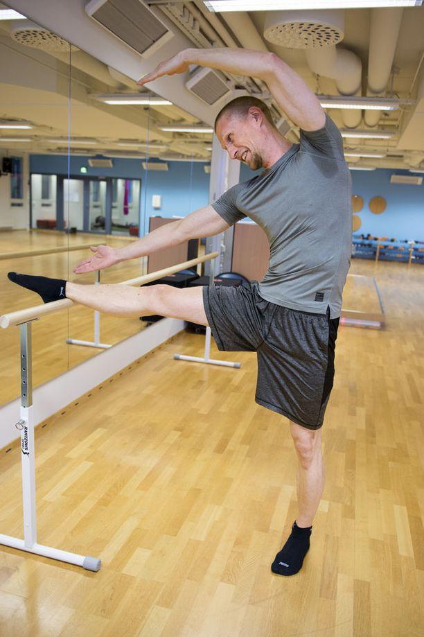 Jukka Vahter on huomannut, että baletin harjoitukset lisäävät taipuisuutta.