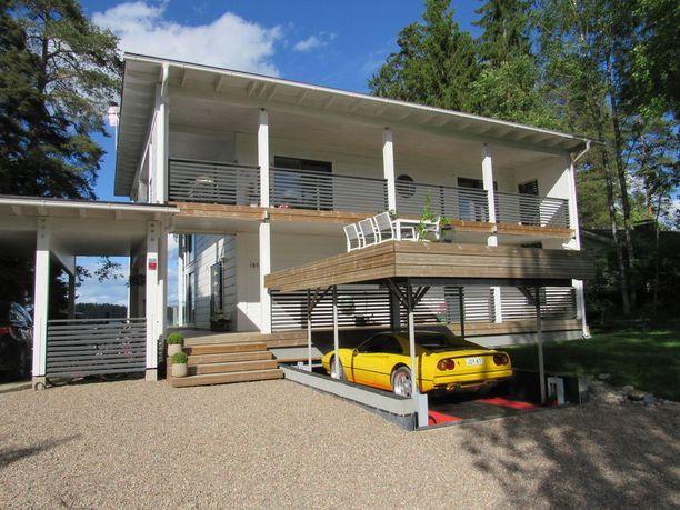 Rata-autoilija ja autokauppias Esa Schroderus rakensi ensin autotallin ja vasta sitten talon. Hänellä on oma hissi Ferrari-autoilleen.