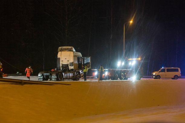 Koko moottoritien ajoväylä oli onnettomuuspaikan pelastus- ja raivaustöiden aikana suljettuna liikenteeltä.