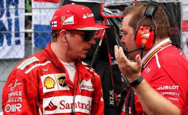 Pettynyt Kimi Räikkönen puhui Ferrarin työntekijän kanssa Malesian GP:ssä.