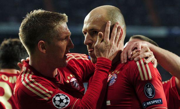 Bastian Schweinsteiger ja Arjen Robben juhlivat Madridin yössä paikkaa Mestarien liigan finaalissa.