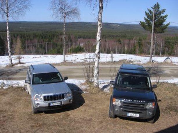 Jeep on kuin kotonaan maantiellä, mutta maastossa Land Rover vie voiton.