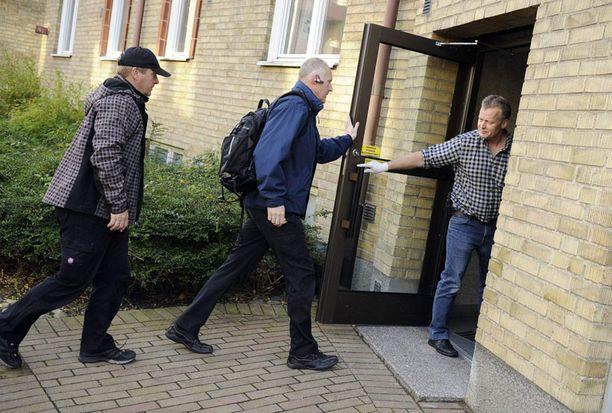 Poliisin rikospaikkatutkijat tutkivat pidätetyn miehen asuntoa sunnuntaina.