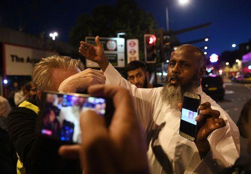 Abdikadar Warfa näytti medialle puhelimestaan kuvia epäillystä miehestä.