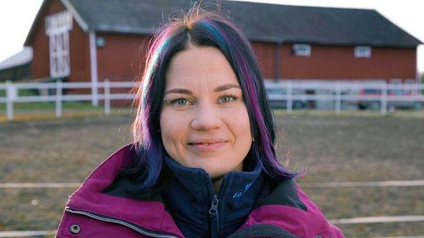 Anne-Mari on jo siirtänyt hevosensa Jounin pilttuuseen.