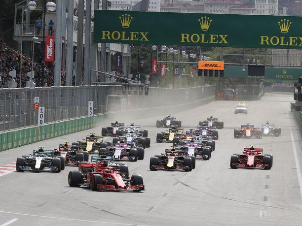 Bakun katuradalla on toisinaan ahdasta, kun 20 autoa hakevat seinien välissä asemia yli 300 kilometrin tuntivauhdissa.
