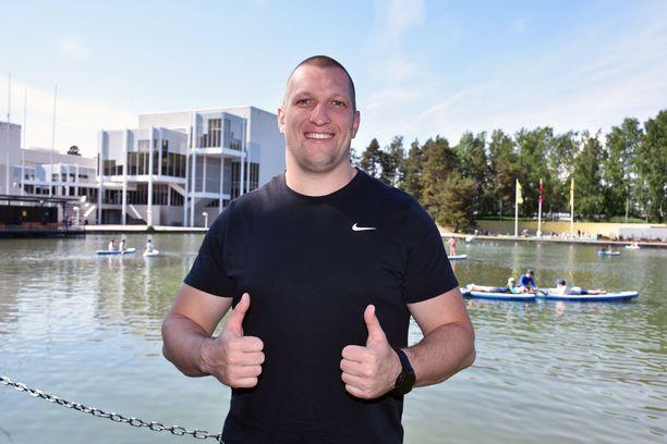 Kuusissa perättäisissä yleisurheilun arvokisoissa moukarimitalin voittanut puolalainen Wojciech Nowicki rakastui Suomeen. Hän nauttii etenkin suomalaisista vesistöistä ja metsistä.