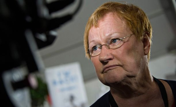 Presidentti Tarja Halonen ihmettelee Maahanmuuttoviraston päätöstä Twitterissä.