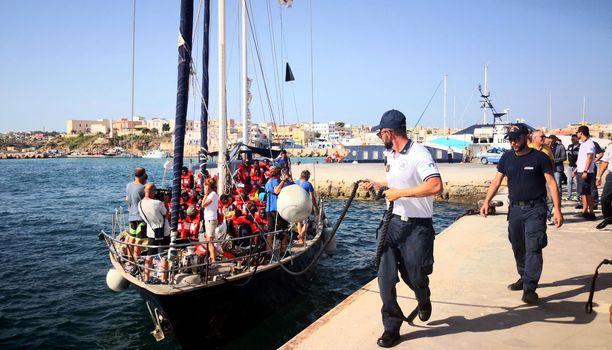Yli 40 siirtolaista rantautui lauantaina Lampedusaan Sisilian saarelle Italian sisäministerin Matteo Salvinin kielloista huolimatta.