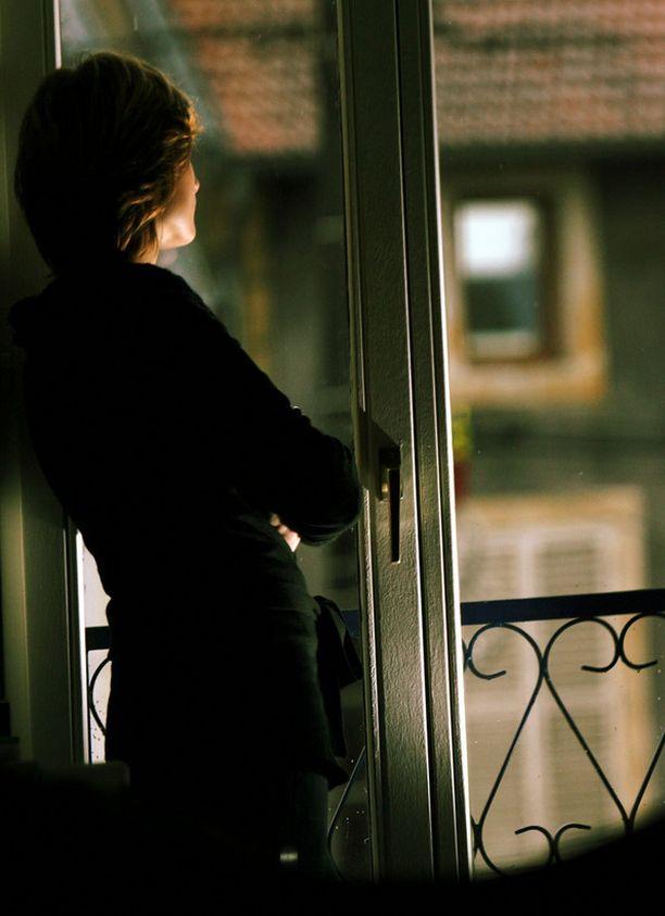 Merja salaa vanhemmiltaan, ettei elä vanhoillislestadiolaisen opetuksen mukaan. Hän pitää oppeja ahdistavina ja osin mielivaltaisina. Kuvan henkilö ei liity tapaukseen.