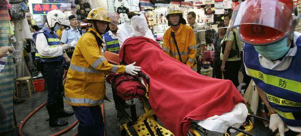 Yksi happohyökkäyksen uhreista kiidätettiin sairaalaan siteet kasvojen ympärillä.