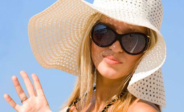 Suojaa silmät haitalliselta säteilyltä laadukkailla aurinkolaseilla.