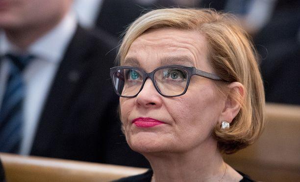 Eduskunnan puhemies Paula Risikko (kok) haluaa eduskunnan asiakirjavuotajat kuriin.