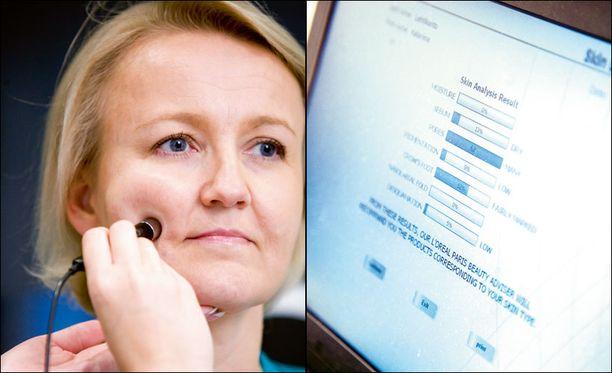 Mari Juntunen analysoi ihoa tietokoneohjelmaa hyödyntävällä erikoiskameralla.