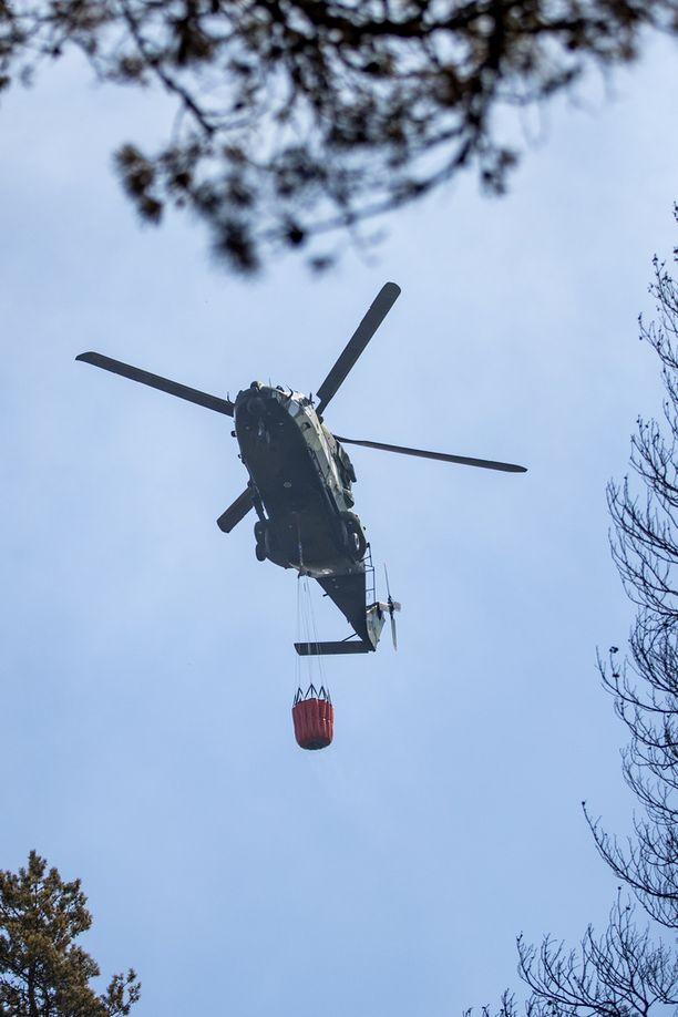 Metsäpaloa yritetään saada sammumaan myös helikopterien avulla.