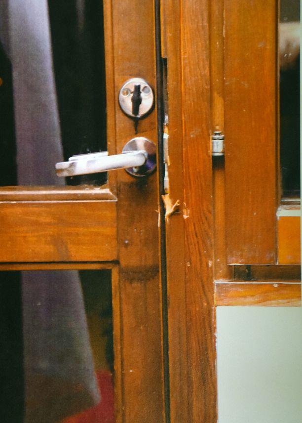 Ovessa näkyivät murtojäljet.