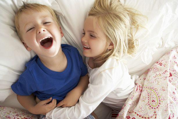 Hyvä sisarussuhde suojaa vanhempien riitelyn negatiivisilta vaikutuksilta, selviää tutkimuksesta.