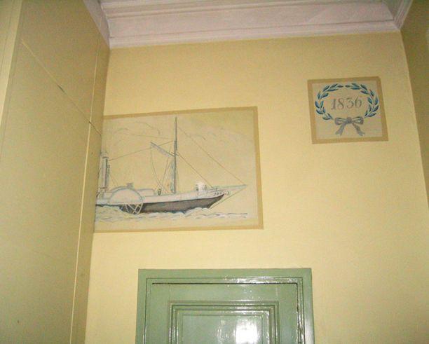 Talo on täynnä pieniä koristeellisia yksityiskohtia.