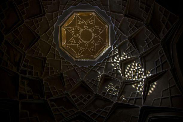 Neljännellä sijalla on kuva yksityiskohdasta historiallisessa Tabatabaei-talossa Iranissa. Talo rakennettiin 1880-luvulla varakkaalle mattokauppiaalle.