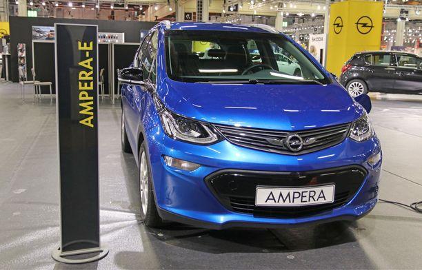 Käymässä Suomessa. Opel e-Ampera, täyssähköauto, jonka Suomeen tulosta keskustellaan.