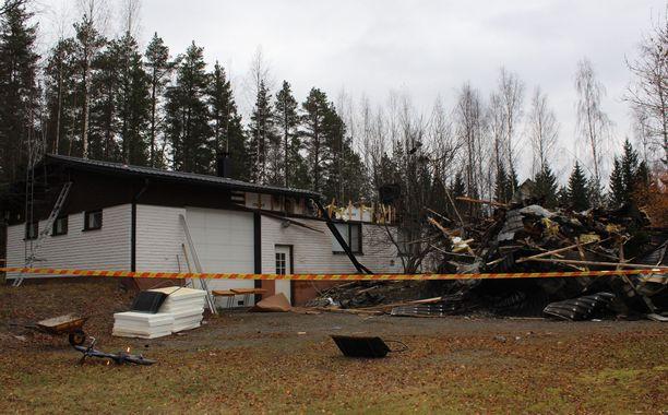 Mies poltti uusperheensä talon Viitasaarella lokakuussa 2016.