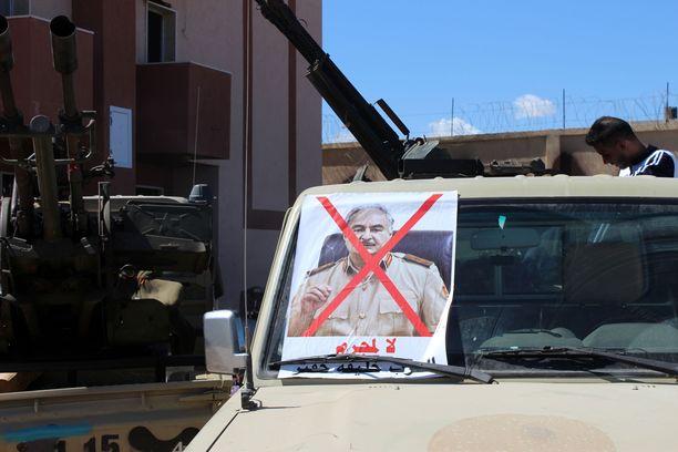 Khalifa Haftar johtaa joukkojensa hyökkäystä Tripoliin.