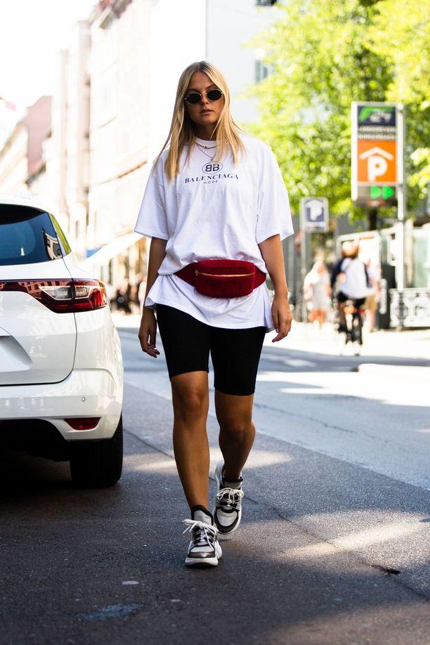 Kesän trendikkäin vaate eli pyöräilysortsit toimii täydellisesti rennon valkoisen t-paidan ja lenkkareiden kanssa.