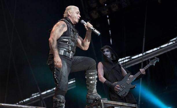 Rammstein vaatii Saksan valtiolta 66 000 euron korvauksia. Kuvassa bändi esiintyy Helsingissä kesällä 2013.