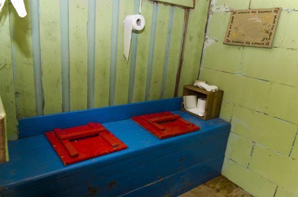 Yhteisöllistä vessakulttuuria vanhaan malliin.