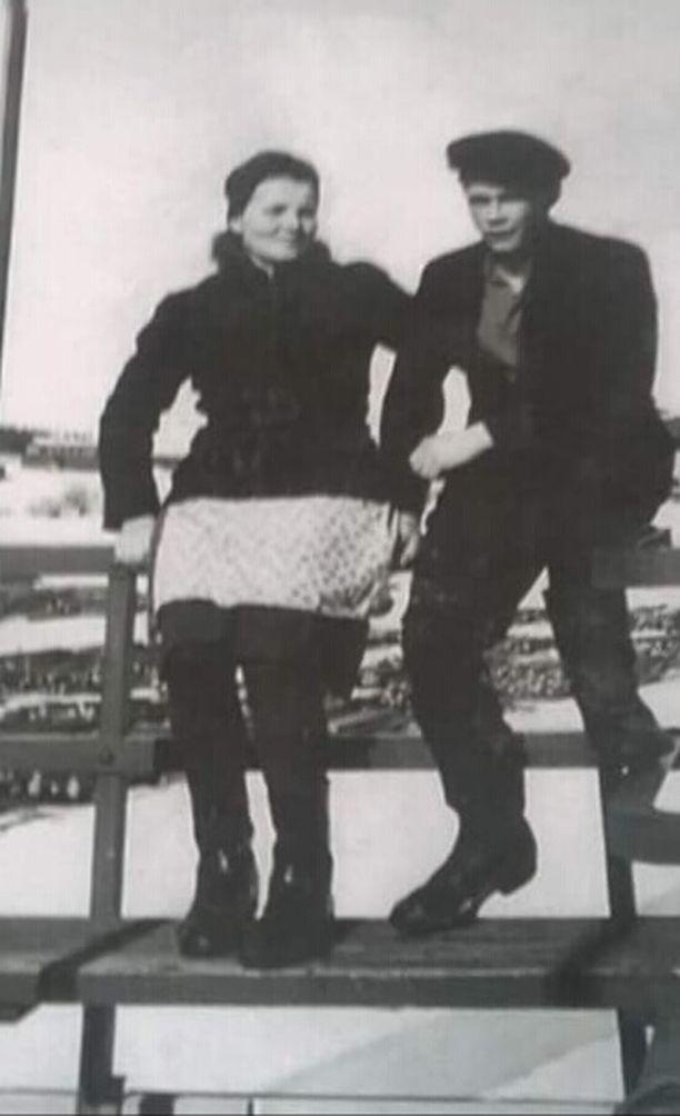 Elina ja Aarne Kämäräisen kihlajaiskuva. Elina oli sota-aikana evakossa Ruotsissa, jonne Aarne pääsi kihlajaislomalla tätä tapaamaan.