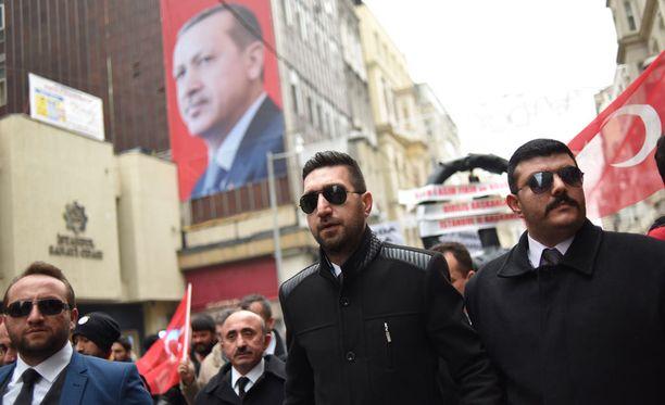 Ihmiset osoittivat mieltään Hollannin lähetystön luona, koska turkkilaisministereitä on estetty pääsemästä Hollantiin.
