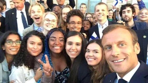 Ranskan presidentti Emmanuel Macron otti selfien suomalaisten nuorten kanssa.