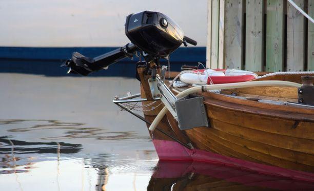 Mies oli törmännyt perämoottoriveneellään Ivalojoessa uimassa olleeseen lapseen, joka loukkaantui vakavasti. Kuvituskuva.