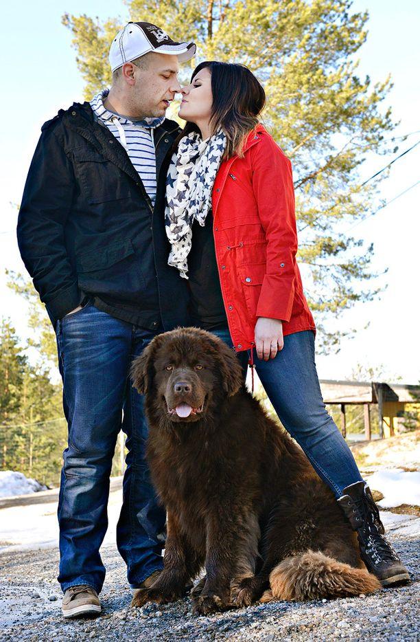 Tuomas ja Heidi hankkivat viime vuonna koiran. Maidon tuottajahinnan lasku harmittaa.